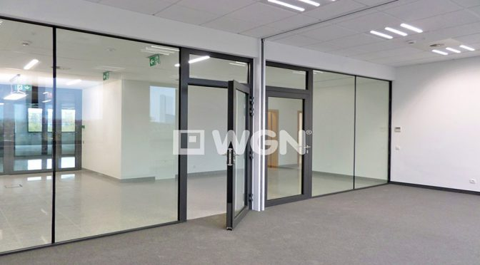 nowoczesne, przeszklone wnętrze biura do wynajęcia we Wrocławiu
