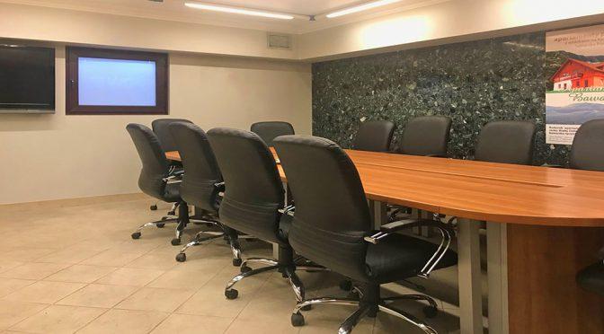 na pierwszym planie stół konferencyjny w lokalu biurowym do wynajęcia we Wrocławiu