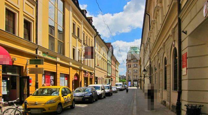 widok od strony ulicy na kamienicę we Wrocławiu, w której znajduje się oferowane na wynajem biuro