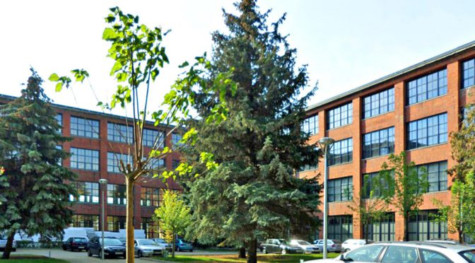 widok z zewnątrz na biurowiec, w którym znajduje się oferowane na wynajem biuro we Wrocławiu