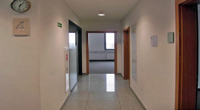 na zdjęciu przestronny korytarz w biurze do wynajmu Wrocław Fabryczna