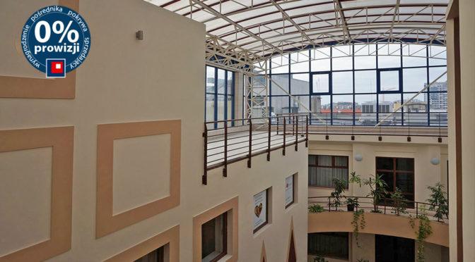 nowoczesne wnętrze biurowca we Wrocławiu, w którym znajduje się oferowane biuro do wynajęcia