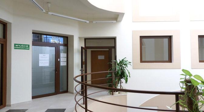 widok na hol przy biurze do wynajęcia Wrocław