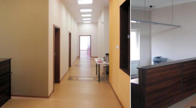 po lewej hol, po prawej wnętrze ekskluzywnego biura do wynajmu Wrocław Stare Miasto