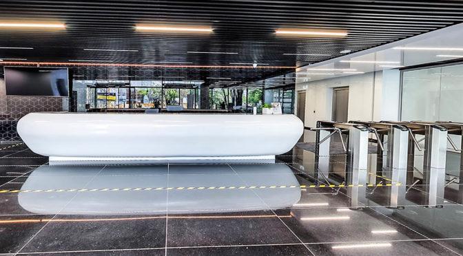 zaprojektowane w nowoczesnym designie lobby, z którego można dojść do biura na wynajem Wrocław Fabryczna