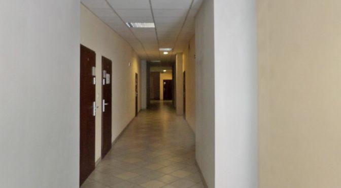 przestronny korytarz prowadzący do biura na wynajem Wrocław Stare Miasto